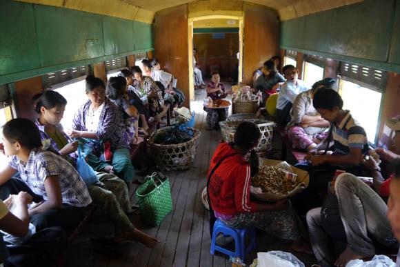 ヤンゴン環状列車内の様子