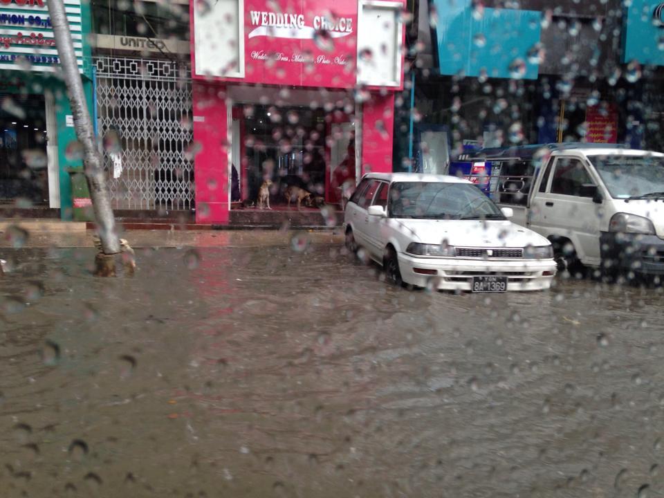 道路が川に変わったヤンゴン市内