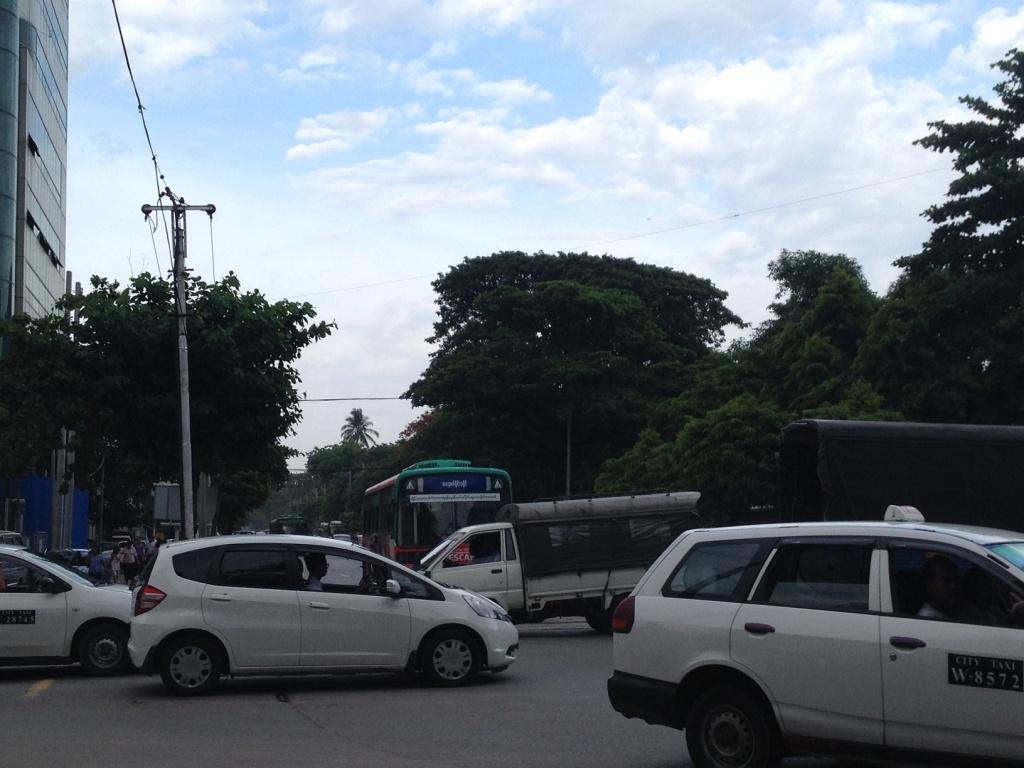 緑が多いヤンゴンダウンタウン