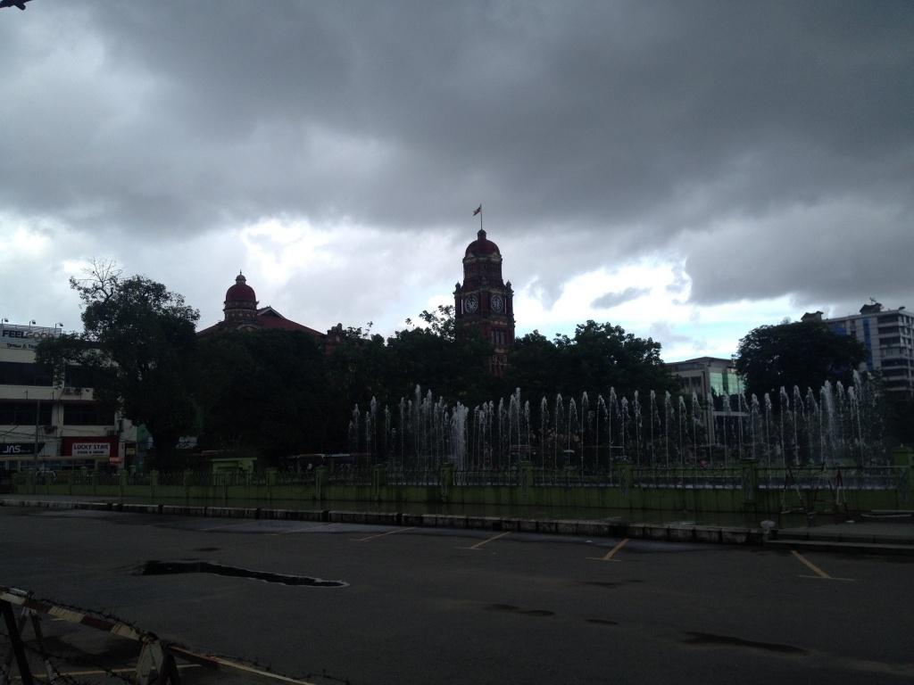公園の向こう側に写っているのは最高裁判所です