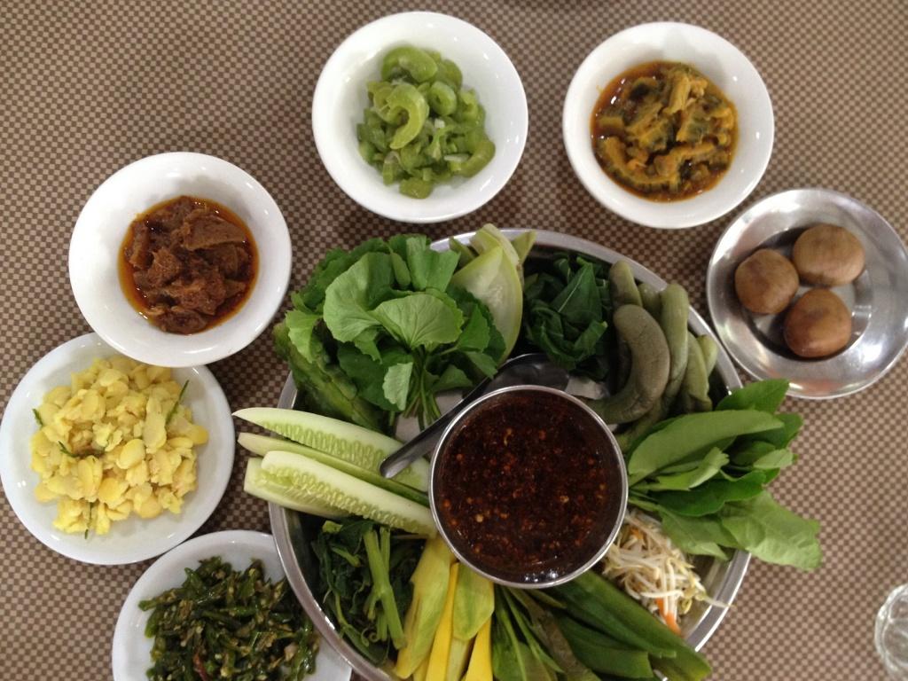 ティラワ経済特区へ行く途中にあるお店に出されたミャンマー料理