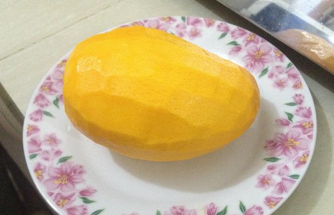 皮をむいた後のマンゴー