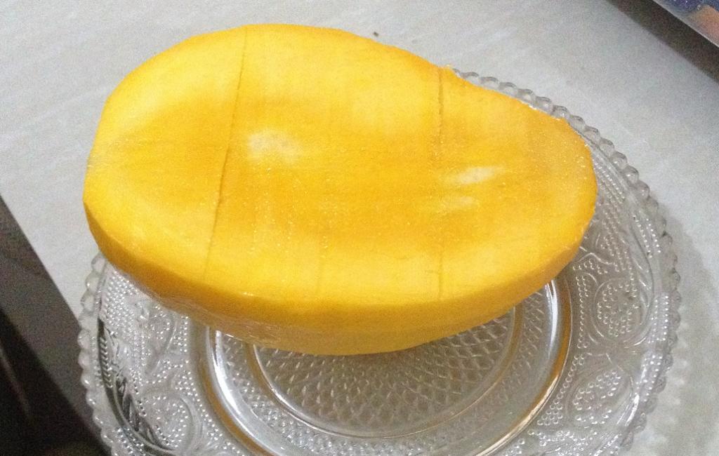 片面の実を切り取った後のマンゴー