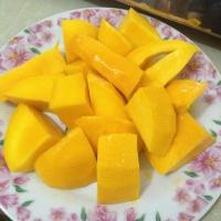 種を残して実だけを切り取った一口サイズのマンゴー