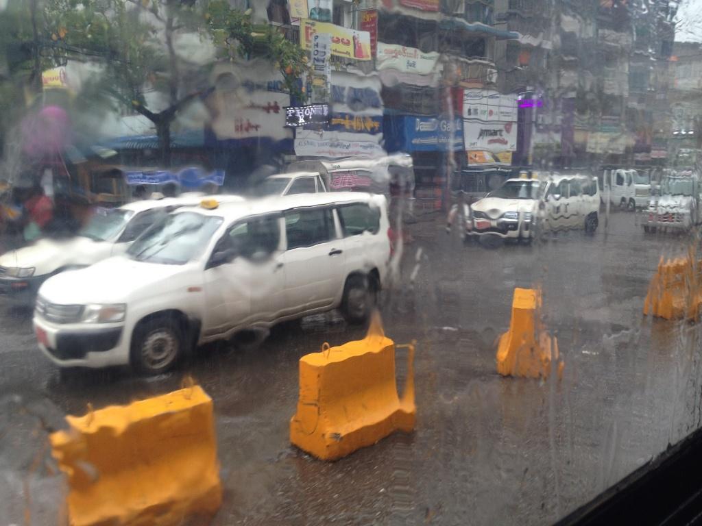 ヤンゴンの雨