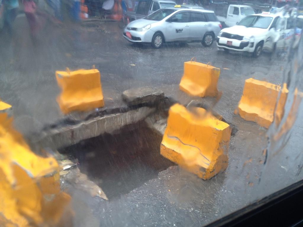 道路の真ん中に謎の穴