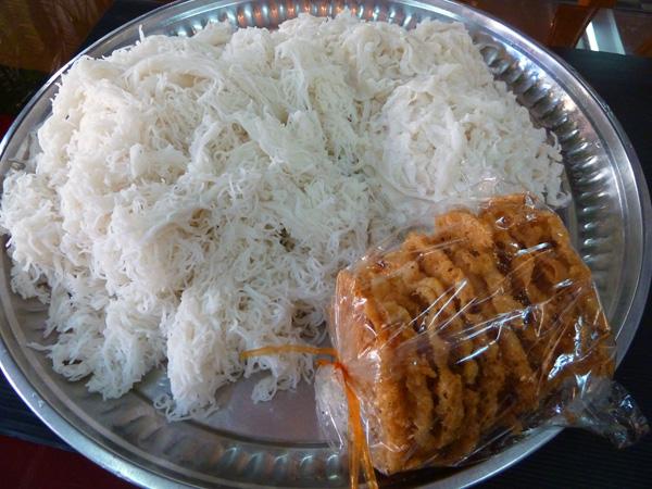 モヒンガーの麺とヒヨコ豆の揚げ物:Photo by Wutyee food