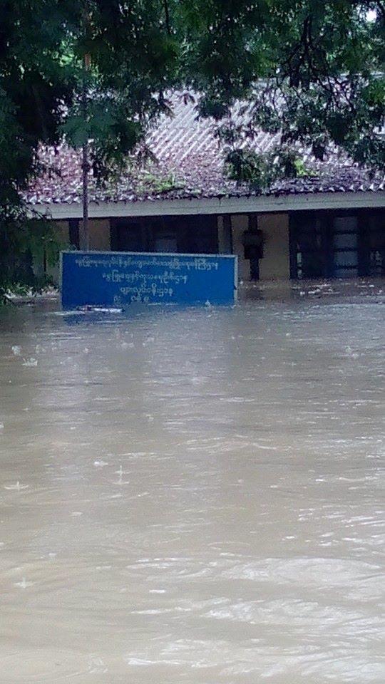 屋根ぎりぎりまで水没されている政府オフィス