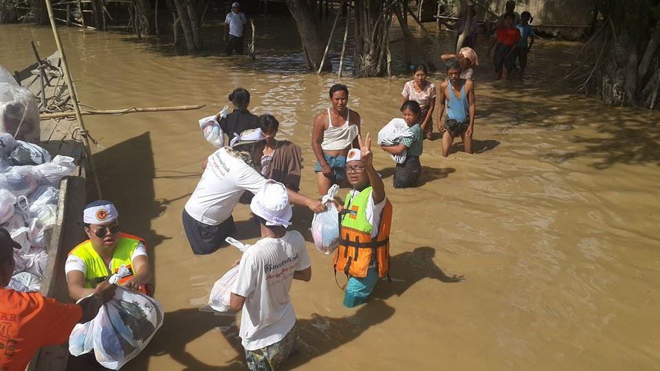 水位が浅いところでは船で移動できません。でも、救援物資は必ず届きます。