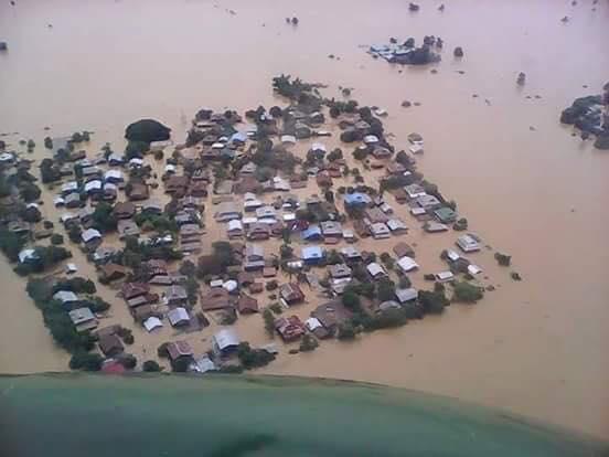 村全体が水につかっているプィンピュー村2015年8月1日