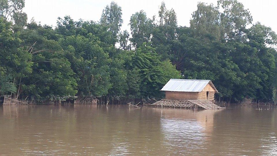 家の一階がほとんど水につかっている