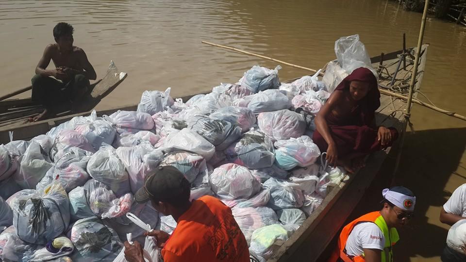 船で救援物資を運んでいくところ