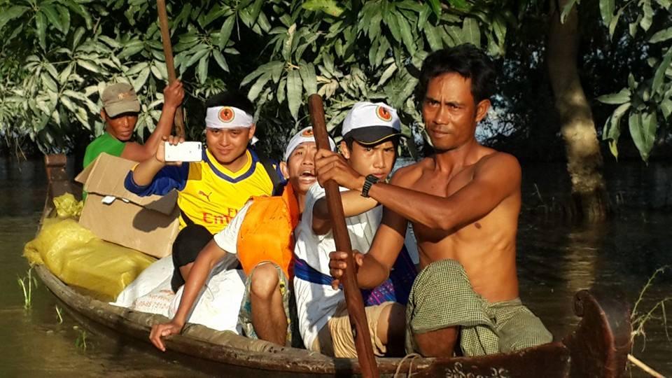 村では村人がボランティア団体を道案内