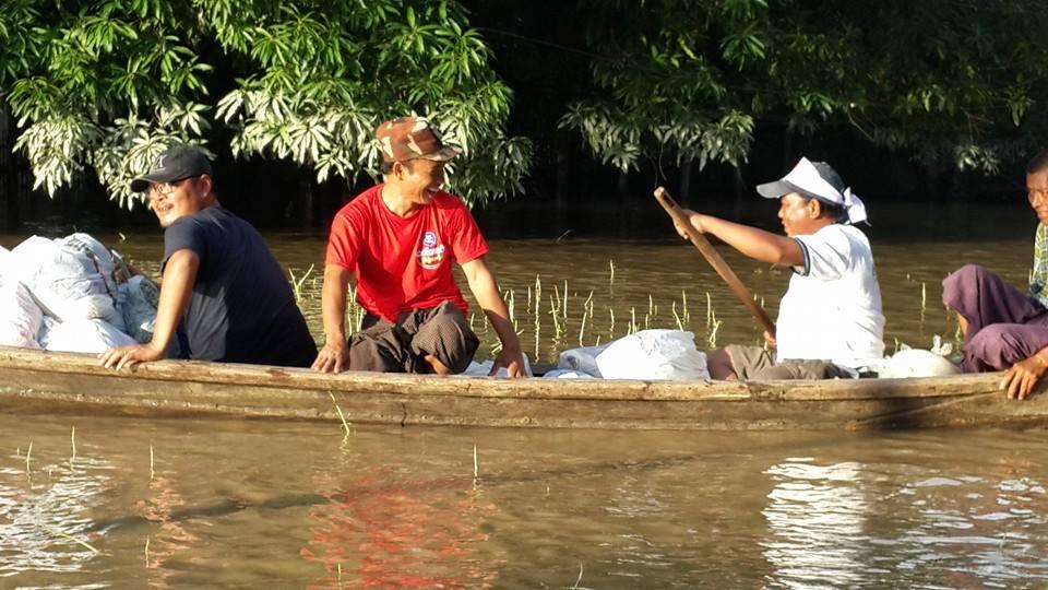 ヤンゴンからボランティア団体に参加しているほとんどが泳げません。でも、被災者のため勇気をだして、笑顔で接する