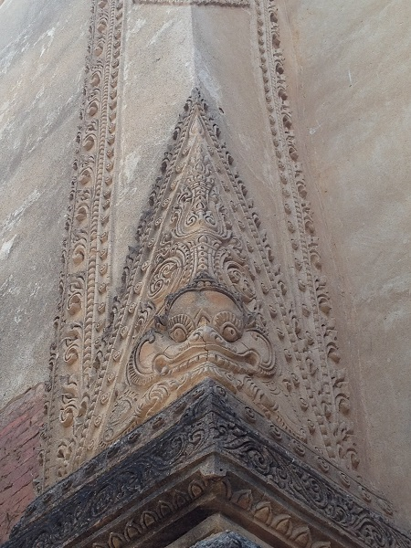 【ティロミンロ寺院】壁の漆喰に書かれた鬼の顔。13世紀のそのものが見られます。